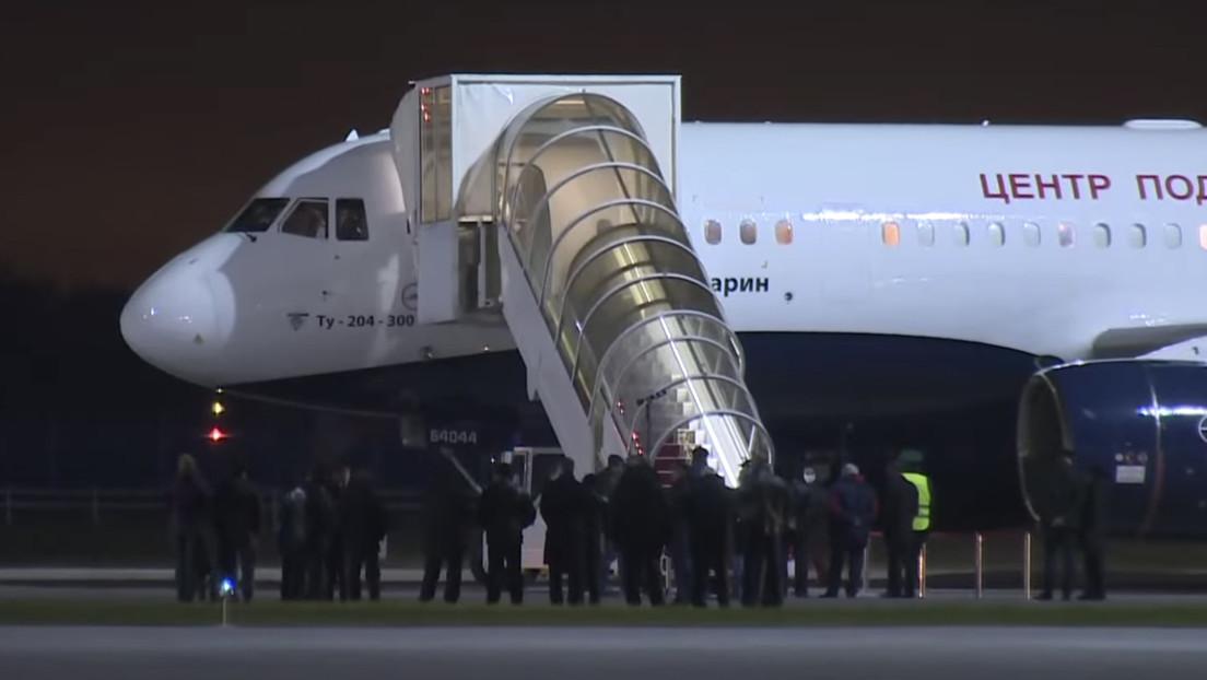 VIDEO: El equipo ruso de la primera película en el espacio llega a Moscú tras su aterrizaje