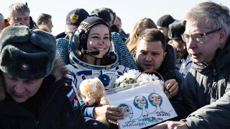 """""""Todo estuvo al límite de la capacidad humana"""": El equipo de rodaje ruso explica cómo filmaron la primera película en órbita"""