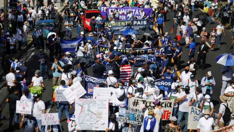 Miles de salvadoreños protestan contra Bukele, mientras se acerca a la mitad de su mandato (FOTOS, VIDEOS)