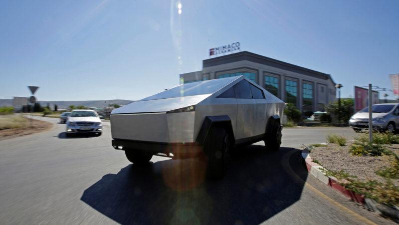 VIDEO: Captan un nuevo prototipo de la Cybertruck de Tesla, con espejos laterales y posible dirección en las ruedas traseras
