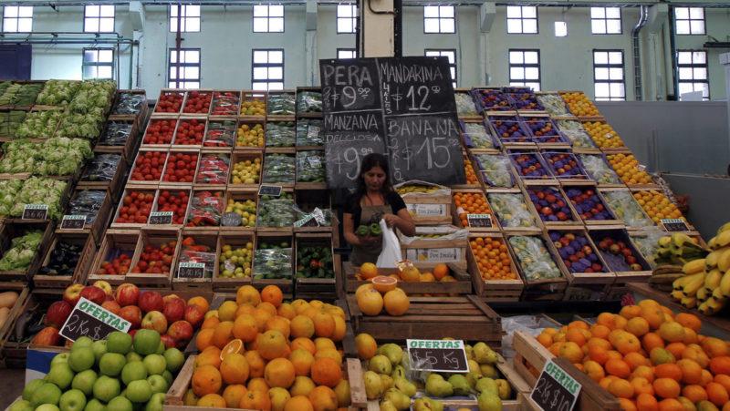 En medio de una fuerte inflación, el Gobierno de Argentina busca congelar los precios y se tensa la relación con los empresarios de alimentos