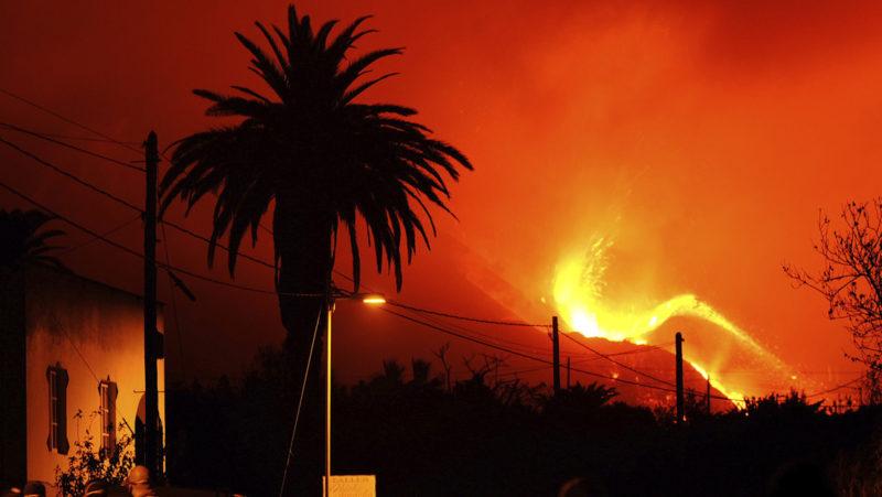 La lava del volcán de La Palma arrasa un nuevo núcleo urbano mientras otra colada está a punto de alcanzar el mar (VIDEOS)