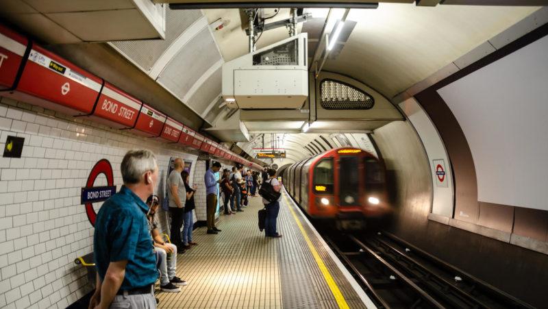 Un grupo de pasajeros da una paliza a un hombre que iba a agredir a una joven asiática en el metro de Londres (VIDEO)