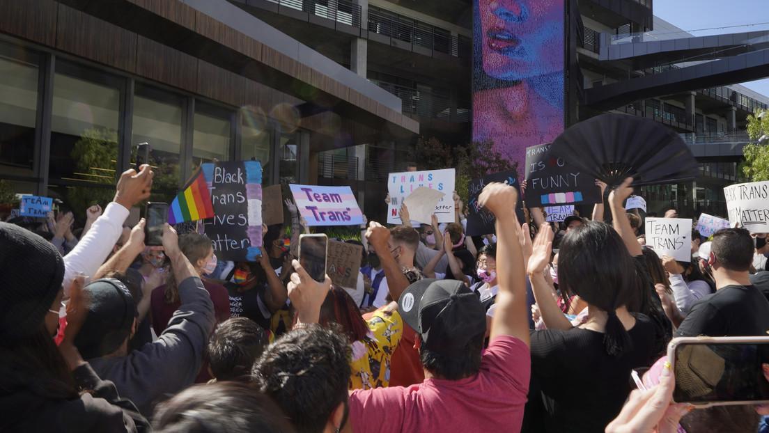 Huelga de los empleados de Netflix y una protesta cerca de su sede tras un especial de Dave Chappelle con comentarios contra personas trans