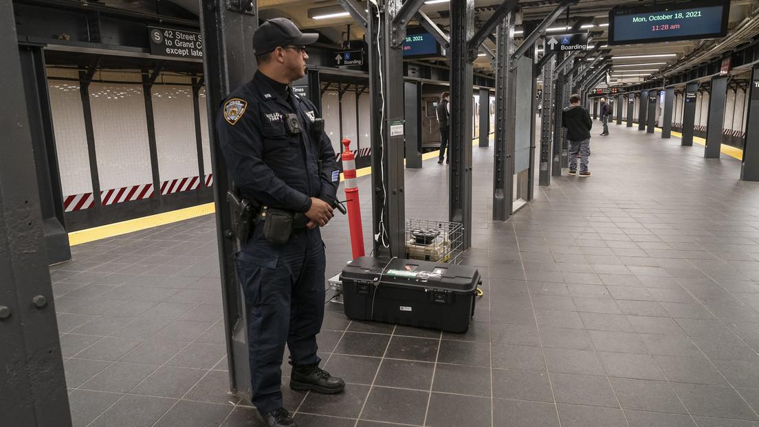 VIDEO: Policías sacan a empujones del metro de Nueva York a un hombre que les pidió usar tapabocas
