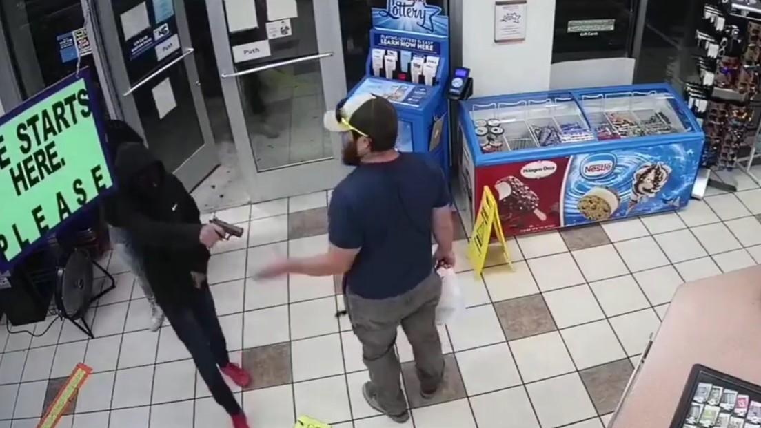 VIDEO: Un veterano exmarine desarma con las manos a un ladrón y frustra un atraco a una gasolinera