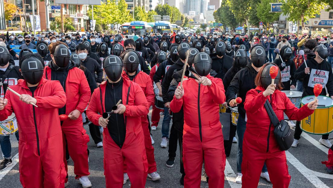 VIDEO: Trabajadores protestan vestidos con trajes de 'El juego del calamar' durante una huelga general en Corea del Sur