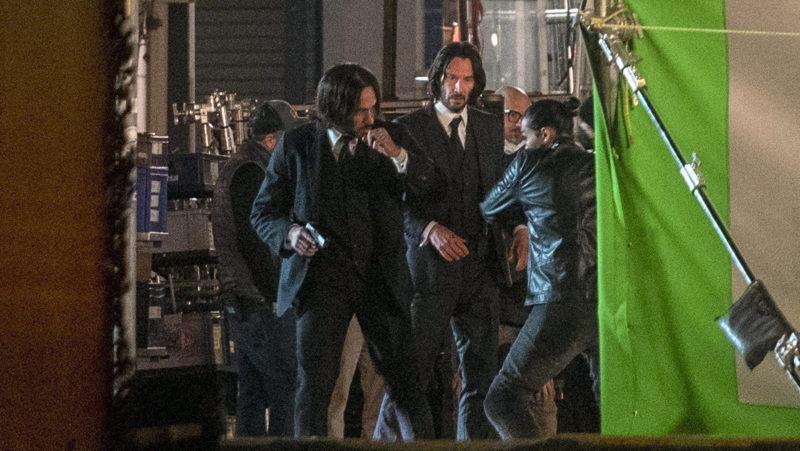 VIDEO: Keanu Reeves ayuda a cargar el equipo de filmación al final de una jornada de rodaje de 'John Wick 4'