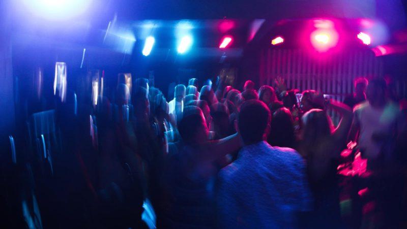 Un nuevo tipo de agresión: mujeres denuncian ser pinchadas con agujas y drogadas en clubes nocturnos del Reino Unido
