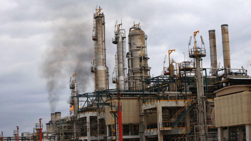 Una importante refinería resulta severamente dañada por enfrentamientos entre grupos armados en Libia