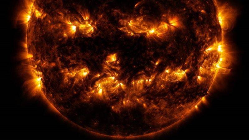 """""""Calabaza resplandeciente"""": La NASA muestra la cara más 'terrorífica' del Sol a pocos días de Halloween (FOTO)"""