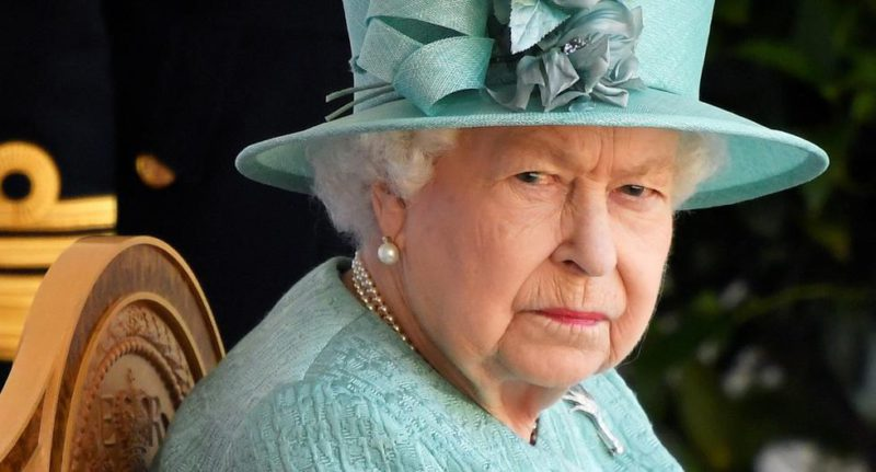 The day an intruder entered Queen Elizabeth II's bedroom while she was sleeping - MAG.