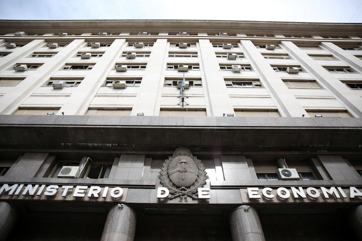 Argentina places debt in the local market for 2,083 million dollars