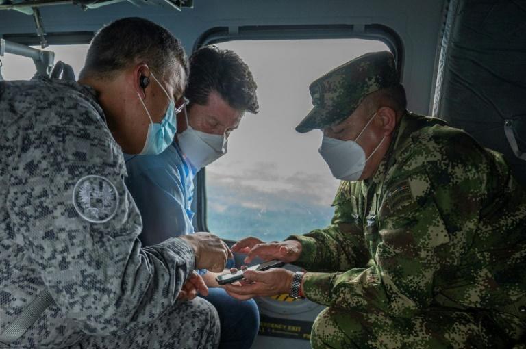 El ministro de Defensa de Colombia, Diego Molano (C), con miembros del alto mando militar sobrevuelan el área donde las fuerzas militares capturaron al narcotraficante Dairo Antonio Úsuga, alias Otoniel, cerca de Necocli, Colombia, el 24 de octubre de 2021 (AFP/Handout)