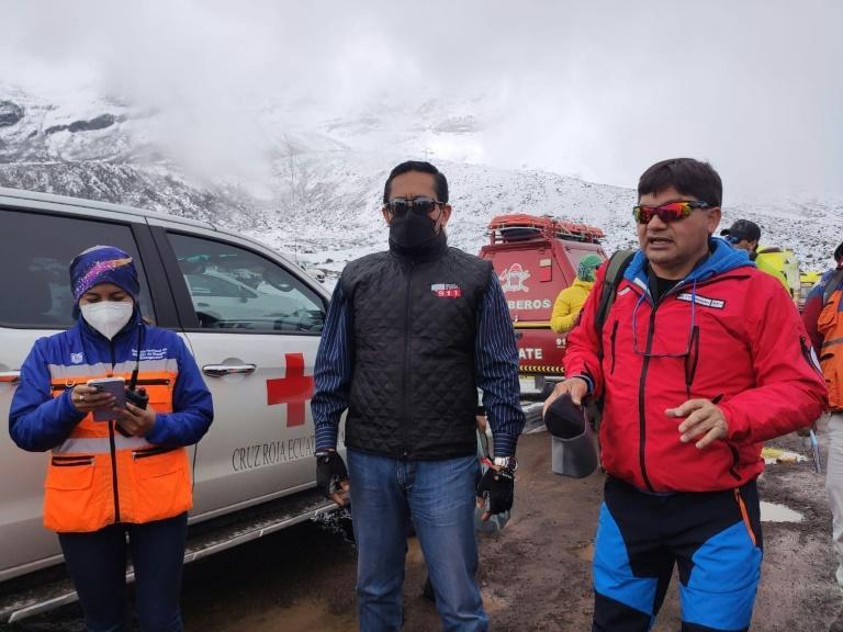 La directora del Servicio Nacional de Emergencias de Ecuador, Ana Moreano, el jefe del servicio ECU911 Riobamba, Jorge Uvidia y el representante de la Brigada de Bomberos Eduardo Gonzales coordinan la operación de rescate tras el alud producido por el volcán Chimborazo, el 24 de octubre de 2021 (AFP/Handout)
