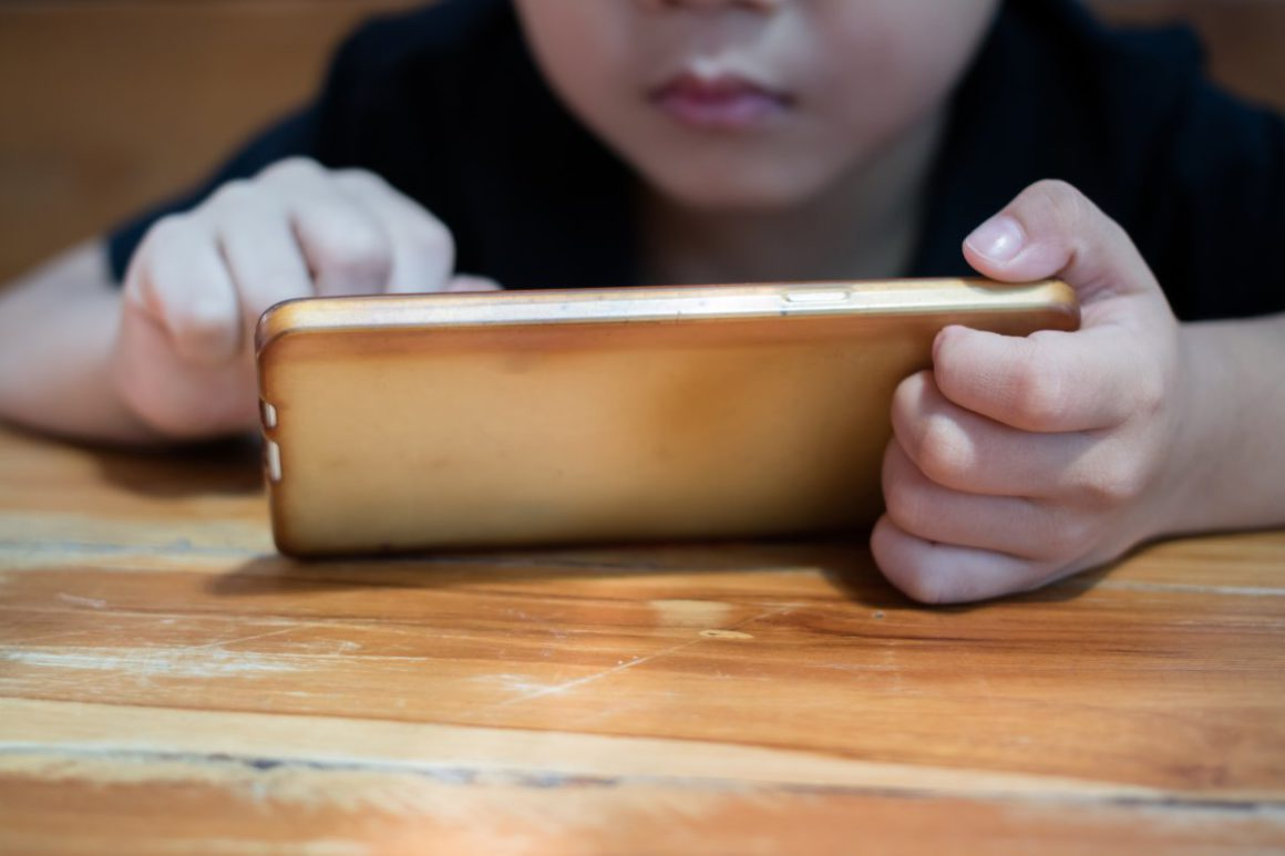 Study: smartphone use in the evening affects children's sleep