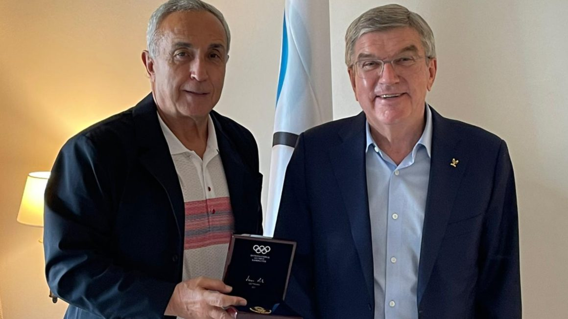 """The IOC presents the gold medal to Alejandro Blanco: """"I receive it with immense pride"""""""