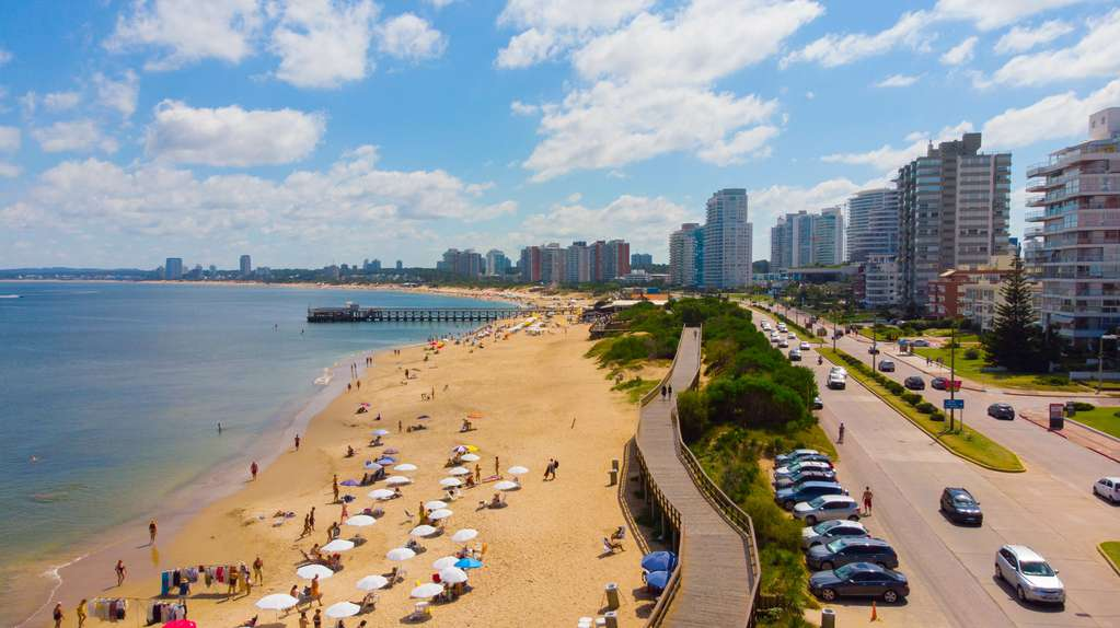 Uruguay evaluates vaccinating Argentine tourists with doses of Pfizer and Sinovac